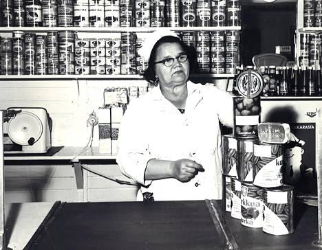 Eilinen päivä oli kiireinen Hietalahden hallin kauppiaille. Avauspäivää varten oli kaikki tuotteet saatava paikoilleen. Kuvassa rouva Elma Jaromaa järjestämässä myyntipöytää kuntoon.