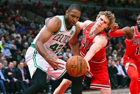 Boston Celticsin Al Horford ja Lauri Markkanen kamppailivat maanantaina Chicagossa.