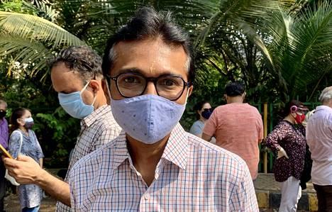 Himanshu Parekh jonotti koronarokotukseen iäkkäiden vanhempiensa puolesta Cooperin sairaalalla Mumbaissa tiistaina.