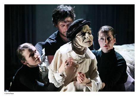 Koreografi Jo Strømgrenin ja nukketeatteritaiteilija Ulrike Quaden Coco Chanel -esitys yhdistää nukketeatterin ja tanssin.