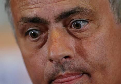 Manchester Unitedin päävalmentaja José Mourinho lehdistötilaisuudessa Istanbulissa ennen Eurooppa-liigan ottelua.