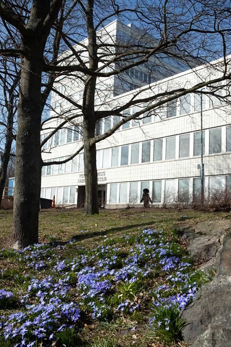 Helsingin kaupungin koronajäljittäjät työskentelevät Kallion virastotalon 10. kerroksessa. Työtä tehdään kahdessa vuorossa.
