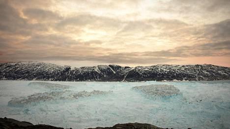 Grönlannin Helheimin jäätiköstä irronneet jäävuoret kelluivat Sermilikin vuonossa 23. kesäkuuta 2018.
