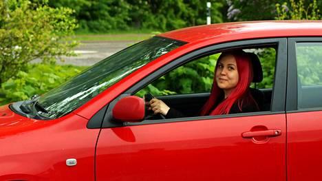"""""""Aina puhutaan siitä, että auton arvo alenee todella paljon uutena. Halusin hakea tälle väitteelle todisteita"""", Niina Matikainen valottaa graduaiheensa valintaa."""
