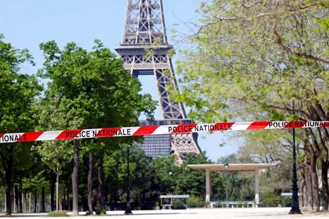 Poliisinauha estää kävelyn Eiffel-tornin lähistöllä Pariisissa 20. huhtikuuta.
