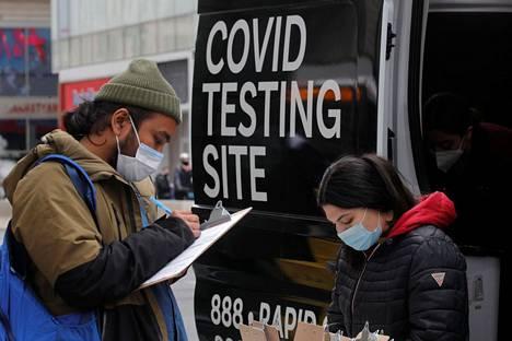 Mies ilmoittautui testattavaksi liikkuvassa testipisteessä New Yorkissa tiistaina.