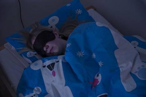 Korvatulpat, unimaski ja hyvät pimennysverhot auttavat Salla Mansikkamäkeä  nukkumaan. Hän tarvitsee niitä  voidakseen siirtää viivästynyttä  unirytmiään hieman aikaisemmaksi.