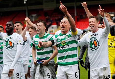 Celticin pelaajat juhlivat mestaruutta.