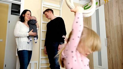 """Konsta, neljä kuukautta, ja Lilja Paloposki, 3, ovat saapuneet Laura ja Kosti Paloposken perheeseen pikkuvauvoina. Paloposkien motiiveja ja edellytyksiä vanhemmuuteen arvioitiin sitä ennen adoptioneuvonnassa.""""Me olemme koulutuksen saaneita vanhempia. Arviointi tuntui välillä pöljältä, mutta se on järkeenkäypää, sillä adoptiossa nimenomaan lapselle etsitään perhettä."""""""