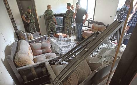 Libanonin armeijan sotilaat tarkastelivat raketin sunnuntaina tuhoamaa kerrostalohuoneistoa Etelä-Beirutissa.