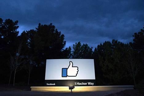 Facebookin päämajan sisäänkäynti Menlo Parkissa, Kaliforniassa.