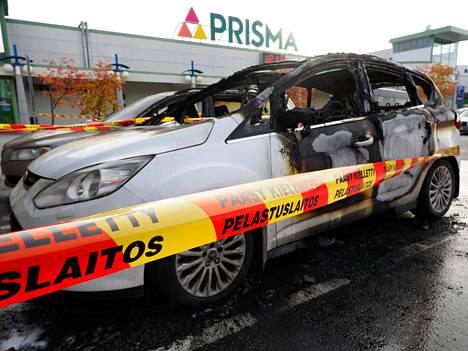 Perheen isä huomasi kaupasta tullessaan auton olevan tulessa.