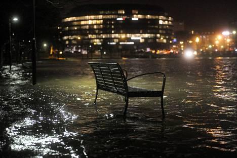 Merivesi tulvi jalkakäytävälle Helsingin Tokoinrannassa tammikuussa 2012.