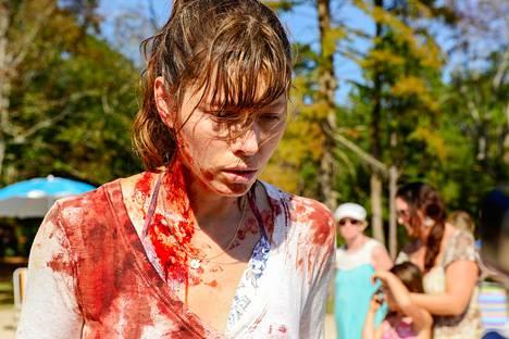 Kotiäiti Cora (Jessica Biel) surmaa yllättäen uimarannalla vieraan miehen. Miksi ihmeessä?