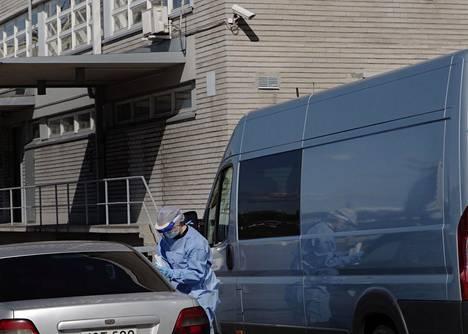 Koronavirustestaus Helsingissä on pahoin ruuhkautunut, ja kaupunki on avannut lisää näytteenottopisteitä. Myös yksityisen lääkäriasema Mehiläisen koronavirustesteihin Helsingin Hernesaaressa oli sunnuntaina jonoa.