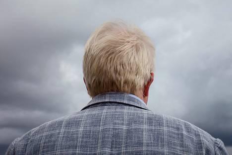 """Vallinin borisjohnsonmainen hiusten sävy on luonnollinen. Nuorempana sävy oli punertava. """"Minua kutsuttiin porkkanaksi"""", Vallin kertoo."""