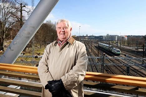 """""""Asemapäällikön poikana minuun tarttui harrastuksena juna-aikataulut"""", Tauno Äijälä kertoo. Hänet kuvattiin pääradan ylittävällä Linnunlaulun sillalla Helsingissä."""