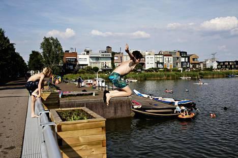 Amsterdamin lapset nauttivat kesän kuumuudesta. Steigereilandin asuinalue tunnetaan veden läheisyydestä ja kokeilevasta arkkitehtuurista.