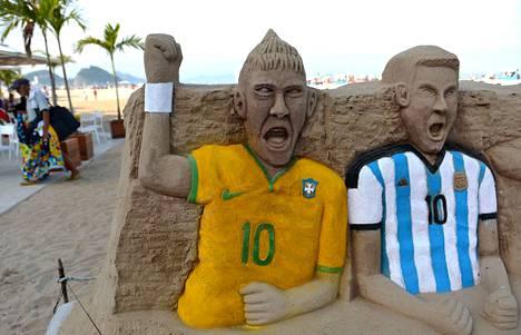 Neymarin ja Lionel Messin hiekkapatsaat tervehtivät kulkijoita Copacabanan rannalla.