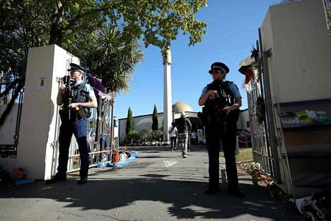 Aseistetut poliisit vartioivat Christchurchissa sijaitsevaa moskeijaa toukokuun alussa. Australialaismies hyökkäsi moskeijaan 15. maaliskuuta ja tappoi 51 ihmistä.