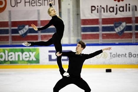 Juulia Turkkila ja Matthias Versluis johtavat jäätanssia.