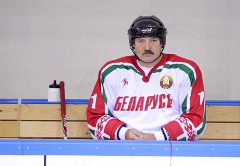 Jääkiekko on Valko-Venäjän diktaattoripresidentin Aljaksandr Lukašenkan suosikkilaji ja väline tehdä politiikkaa. Kuva vuoden 2014 MM-kisojen aikaan pelatusta näytösottelusta.