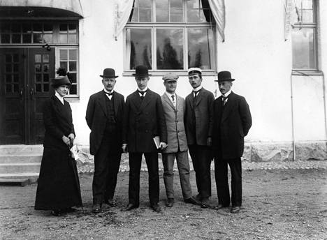Lauri Kristian Relander kasvatti työnsä ohessa kaniineja Jokiniemen eli Ånäsin maanviljelys-taloudellisella koelaitoksella. Vuonna 1913 otetussa kuvassa vasemmalla on Relanderin vaimo Signe Relander vieressään aviomies Lauri Kristian Relander. Muut miehet ovat laitoksen henkilökuntaa.