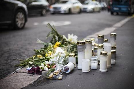 Viime viikolla 51-vuotias mies ajoi autollaan ihmisten yli Helsingin ydinkeskustassa. Yksi kuoli ja useita loukkaantui. Annankadun ja Lönnrotinkadun risteykseen on tuotu kukkia ja kynttilöitä uhrin muistoksi.