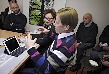 Eduskunnasta poisjättäytyvä ja eurovaaliehdokkaaksi lähtevä Mauri Pekkarinen tarjosi Jyväskylän keskustaväelle joulupuuron. Pekkarista kuuntelevat eduskuntavaaliehdokas Joonas Könttä (vas.) ja Vesa Säynätmäki. Vieressä vaimo Raija Pekkarinen.