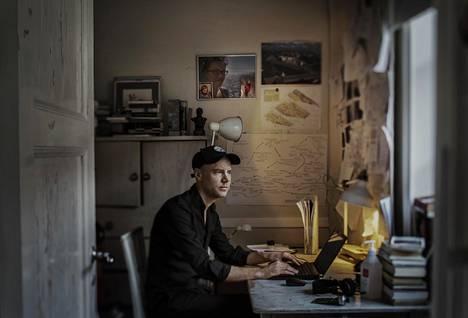 """Kirjailija Tom Malmquistin työhuoneen seinällä on vieretysten kuvat puoliso Karinista ja tytär Liviasta. Malmquist toivoo, että tuoreen kirjan lukevat ymmärtävät sen avulla elämän rajallisuuden. """"Toivon, että lukijat kokevat itsensä vähemmän yksinäisiksi, vaikkeivät olisi edes kokeneet samaa."""""""