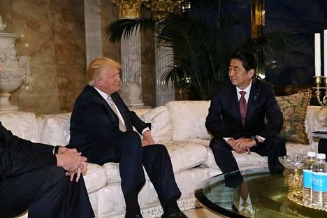 Yhdysvaltain tuleva presidentti Donald Trump otti Japanin pääministeri Shinzo Aben vastaan Trump Towerissa New Yorkissa.