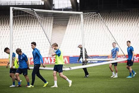 Pelaajien osallistaminen valmentajan ajatustyöhön on yksi A-maajoukkueen päävalmentajan Markku Kanervan valmennustyön perusasioista. Kuvassa joukkue kantoi maalia Kreikan Ateenassa ottelua edeltävänä päivänä.