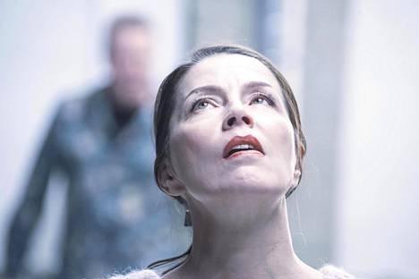 Esa-Matti Long ja Kristiina Halttu esittävät avioparia Kohtauksia eräästä avioliitosta -näytelmässä.