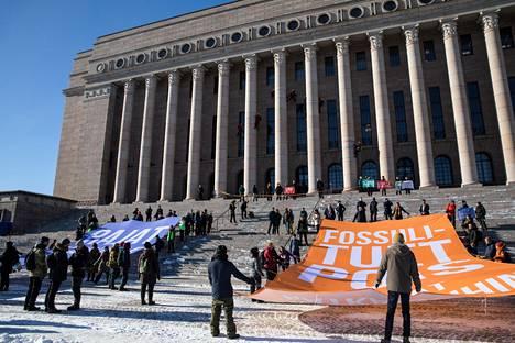 Ilmastoaktivistien mielenosoitus Eduskuntatalolla maaliskuussa 2019.