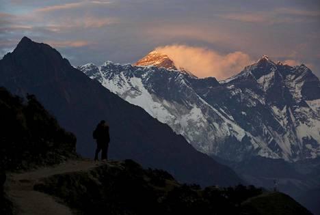 Mount Everest (kesk.) on maailman korkein vuori.
