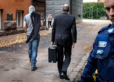 Sieppaajaa (vas.) vietiin oikeustaloon vangitsemisoikeudenkäyntiin torstaina. Vierellä asianajaja Timo Böhme.