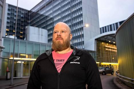 Sairaanhoitaja Mikko Weckström työskentelee sydänosastolla, jossa koronaepidemia on myös huomioitava potilaitten turvaamiseksi.
