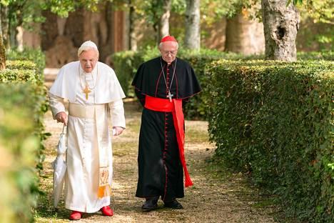 Paavi Benediktus (vas.) ottaa elokuvassa kardinaali Bergoglion vastaan kesäasunnollaan. Vasemmalla näyttelijä Anthony Hopkins ja oikealla Jonathan Pryce.