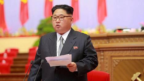 Kim Jong-un on Pohjois-Korean diktaattori eli yksinvaltias, joka voi päättää kaikesta itse.