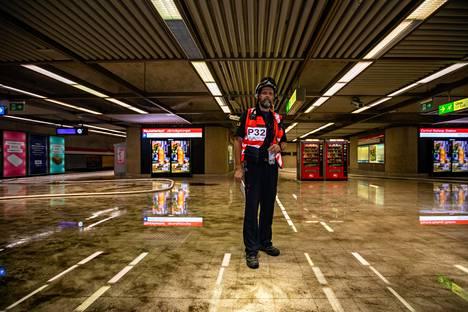 Sadevesi valui Rautatientorin metroaseman laiturille elokuussa 2019.