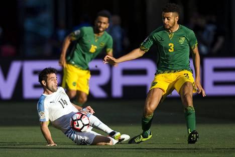 Michael Hector (oik.) pelasi Jamaikan riveissä Urugayta vastaan kesän Copa Americassa.