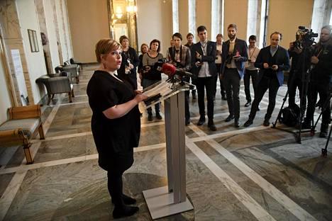 Perhe- ja peruspalveluministeri Annika Saarikko (kesk) puhui medialle sen jälkeen kun hän oli tavannut hoiva-alan edustajia eduskunnassa perjantaina.