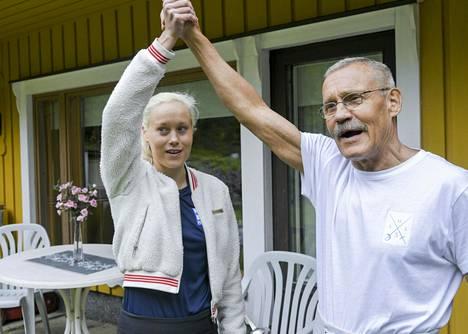 Nykyaikainen viisiottelija Laura Salminen ja valmentajaisä Veikko Salminen kotonaan Östersundomissa Helsingissä viime kesänä.