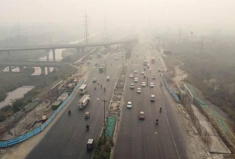 Delhin ilmanlaatu on erittäin huono. Kuvassa Delhin liikennettä marraskuun puolivälissä.