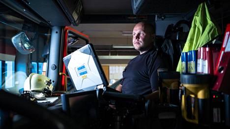 Paloesimies Pentti Makkonen oli ensimmäisenä pelastajana auttamassa loukkaantuneita ulos linja-autosta. Hänen työvuoronsa alkoi perjantaiaamuna kello kahdeksan ja jatkuu lauantaiaamuun kello kahdeksaan.