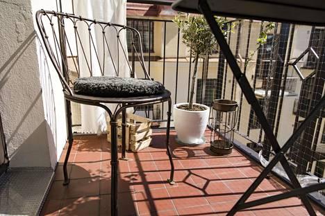 Parveke-elämään liittyy erilaisia sääntöjä: Laki ei esimerkiksi kiellä grillaamista parvekkeella, mutta taloyhtiöiden omissa järjestyssäännöissä se on saatettu kieltää.