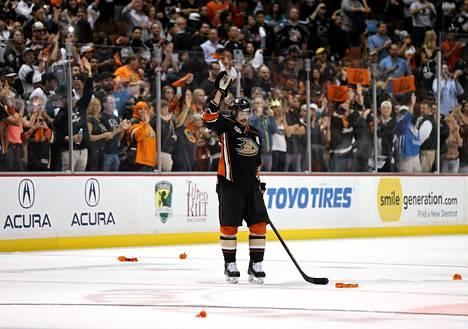 Teemu Selänne hyvästeli NHL:n ja Anaheimin fanit 16. toukokuuta. Anaheim hävisi pudotuspelien toisella kierroksella Los Angeles Kingsille.