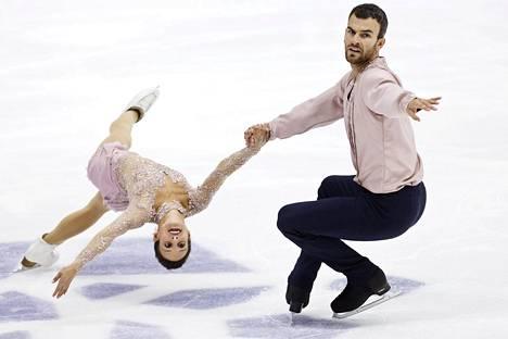 Meagan Duhamel ja Eric Radford luistelivat epätasaisen, mutta laadukkaan ohjelman ja voittivat Finlandia Trophyn pariluistelun.