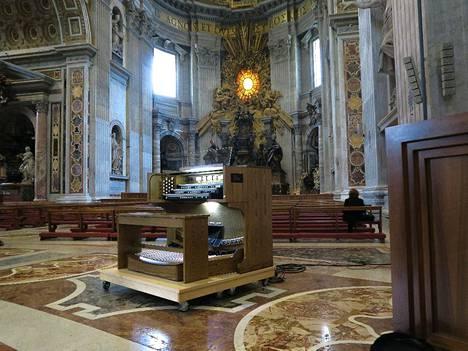 Allen Organin valmistamat sähköurut paikallaan Vatikaanissa. Soittimen alla on liikuteltava alusta.