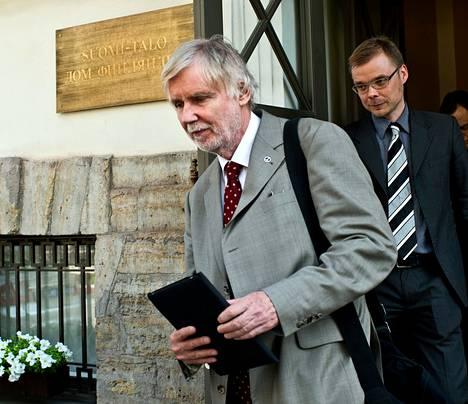Ulkoministeri Erkki Tuomioja vieraili torstaina Pietarissa. Takana konsuli Niko Nurminen.